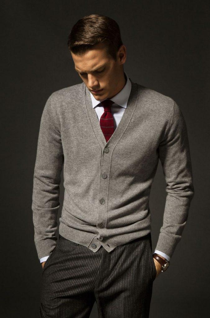 Điểm tô một chiếc cà vạt đỏ vào set cardigan xám cùng áo sơ mi trắng. Chàng sẽ trở nên trưởng thành và lịch lãm hơn