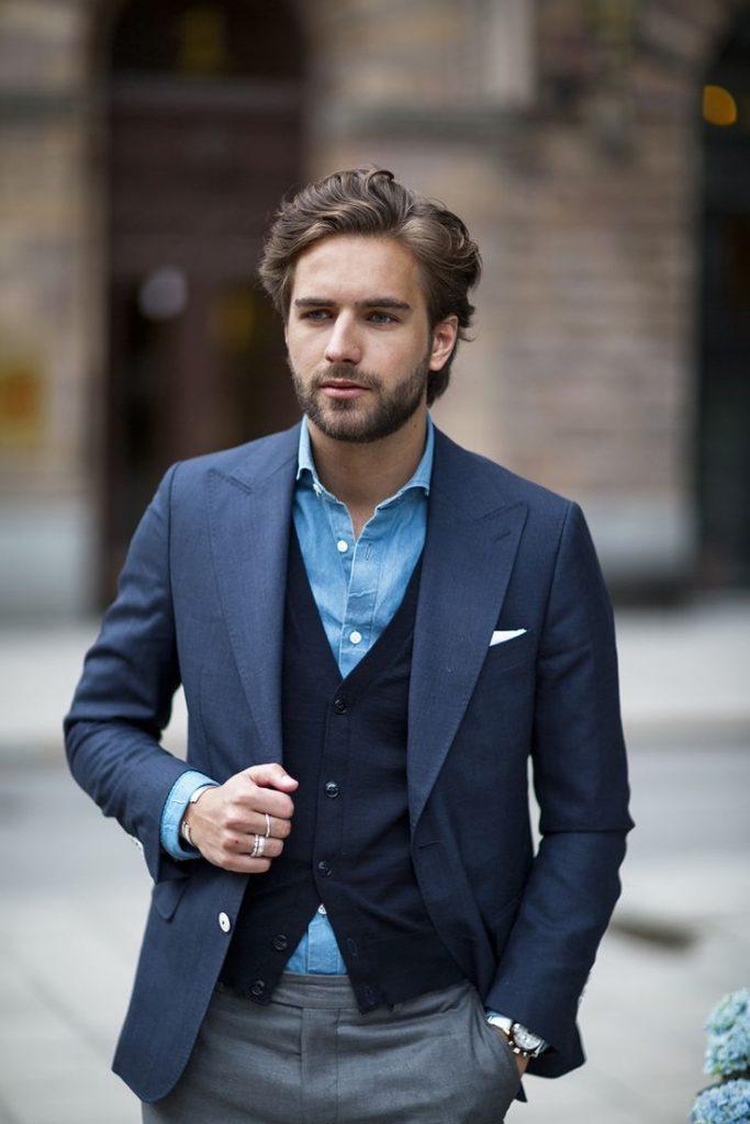 Cardigan tối màu làm tăng sự lịch lãm và tinh tế của quý ông.