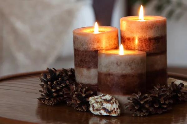 Nến thơm vừa giúp tinh thần dễ chịu vừa có thể dùng để trang trí phòng ngủ