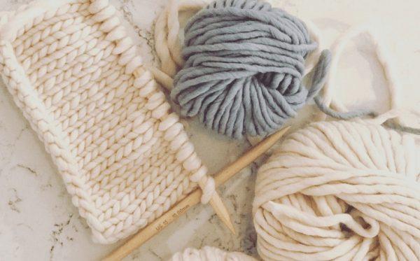 Chuẩn bị dụng cụ cần thiết trước khi tiến hành đan khăn len choàng cổ