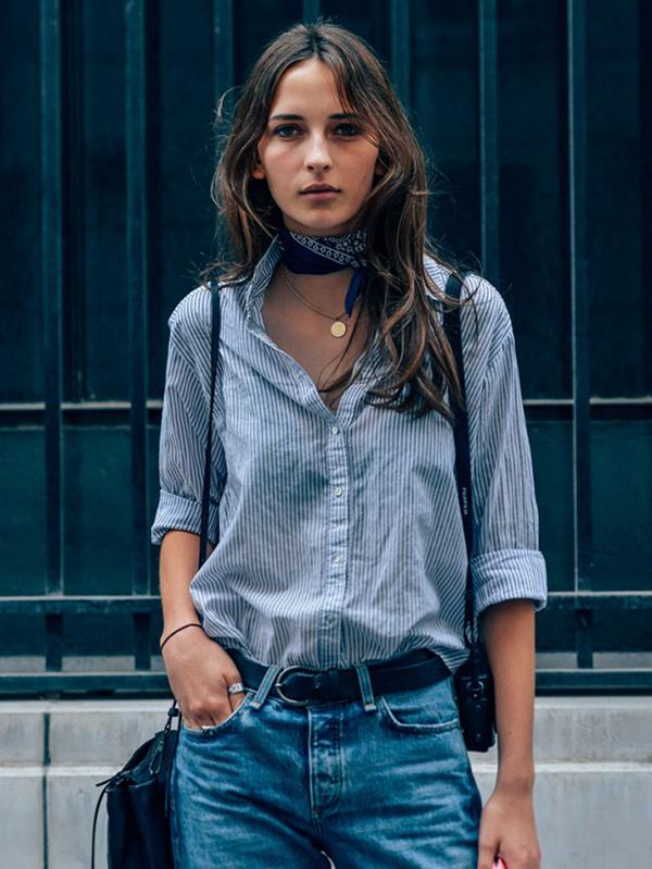 Quần jean và khăn choàng buộc kiểu choker